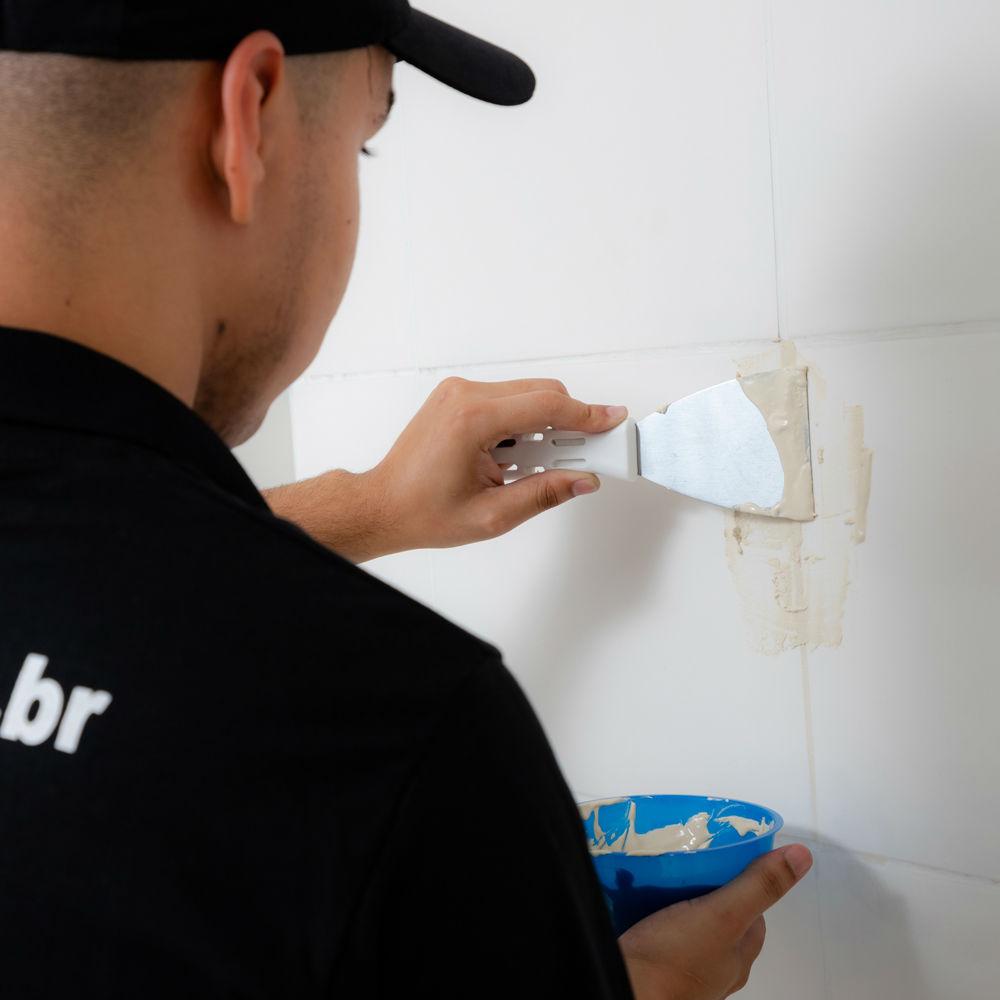 Equipe especializada em aplicação de rejunte em banheiro