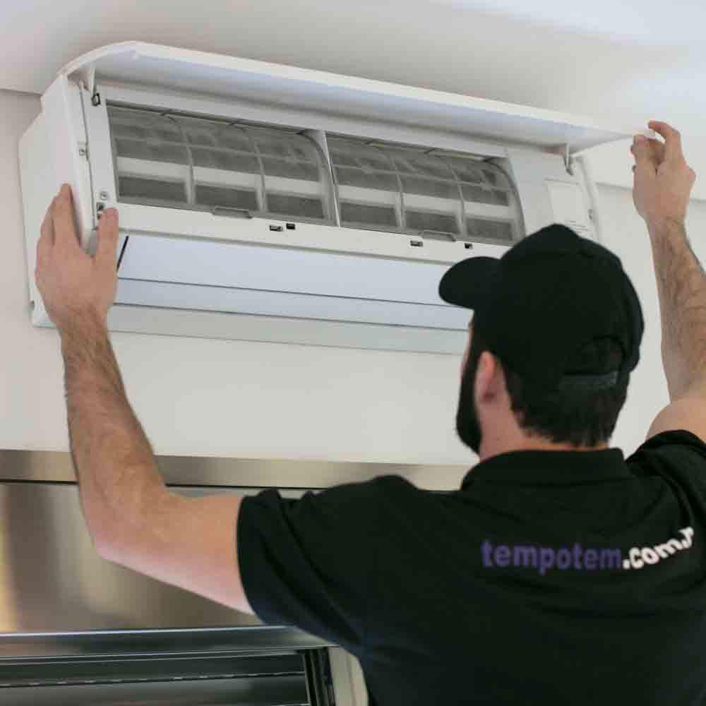 Limpeza de ar-condicionado com remoção de filtros de saída de ar