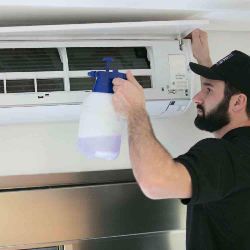 Limpeza completa do ar-condicionado com equipe especializada