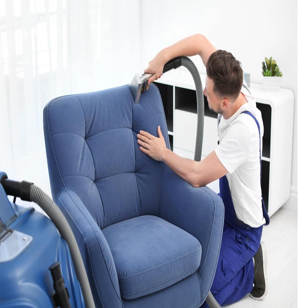 Serviço de limpeza completa de poltronas, com equipamento especializado