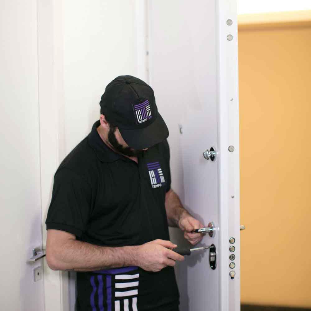 Equipe especializada em fazer troca de fechadura multiponto