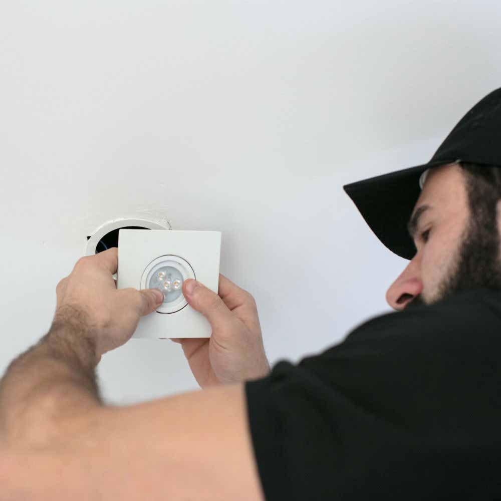 Troca de arandelas e spots em ambientes internos e externos