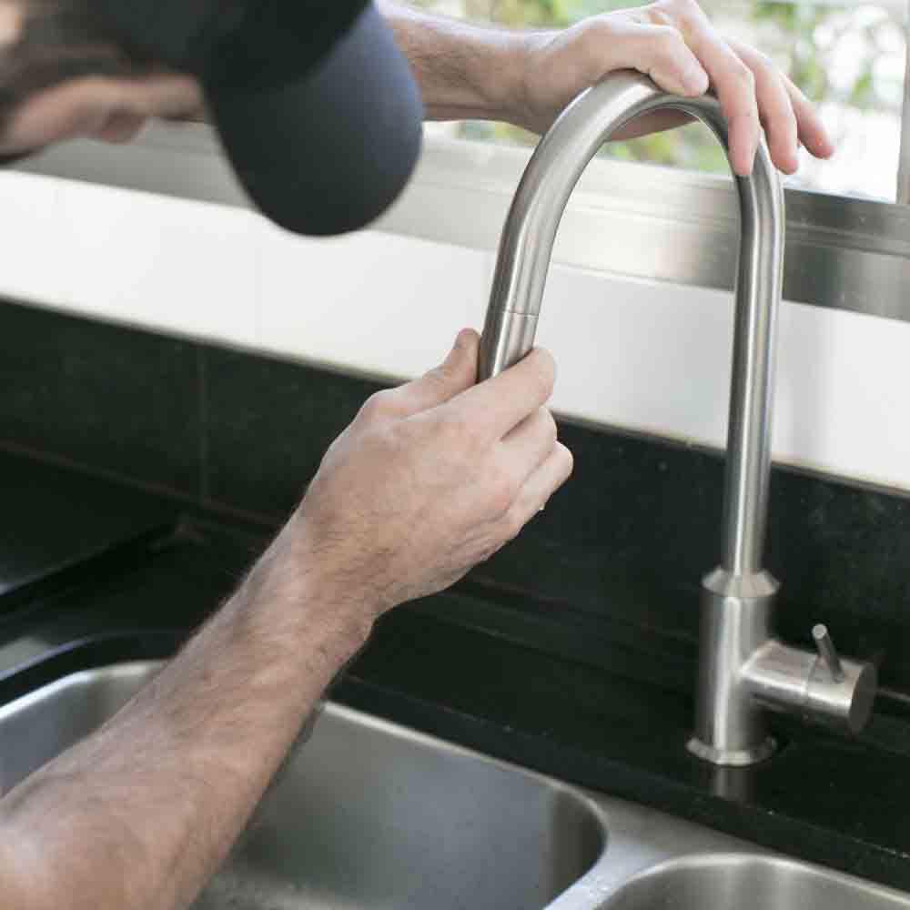 Serviço de instalação ou troca de torneiras simples em pias, lavatórios e tanques