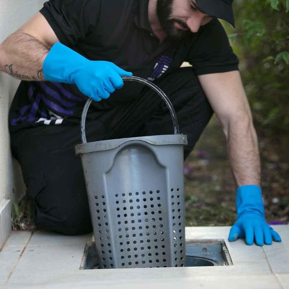 Limpeza de caixa de gordura e remoção completa de resíduos sólidos