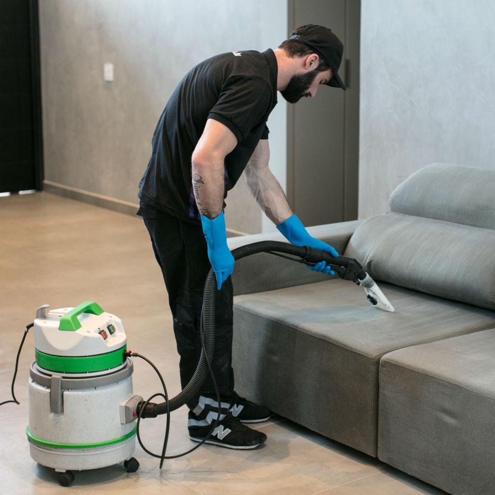 Equipe especializada em higienização de sofá de 3 lugares