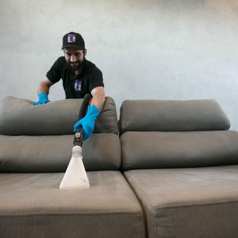 Equipe especializada em impermeabilização de sofá de 3 lugares