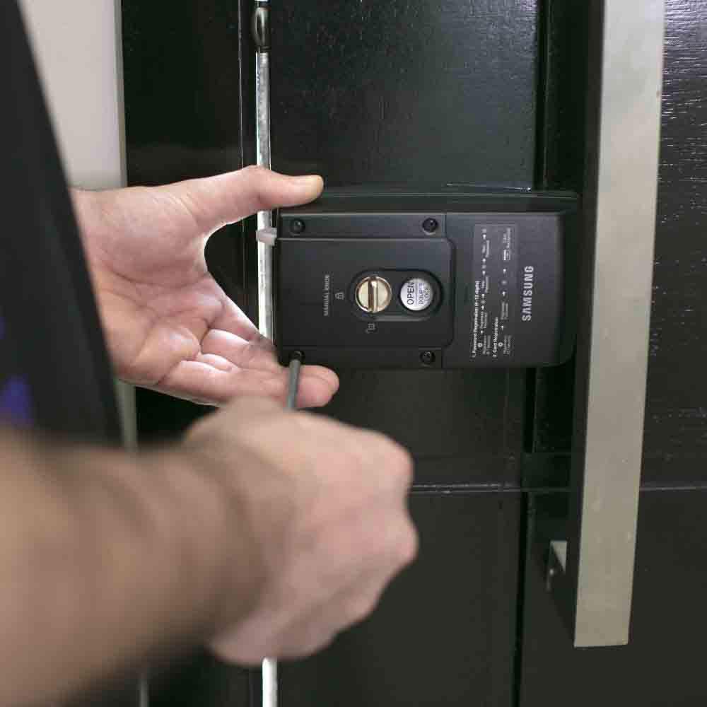 Equipe especializada em manutenção de fechaduras elétricas em portas e portões