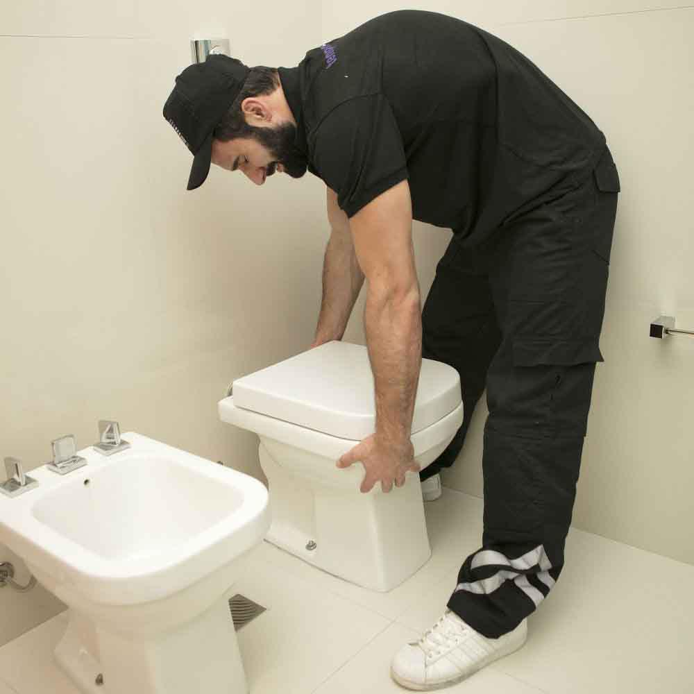 Equipe especializada em troca de vaso sanitário
