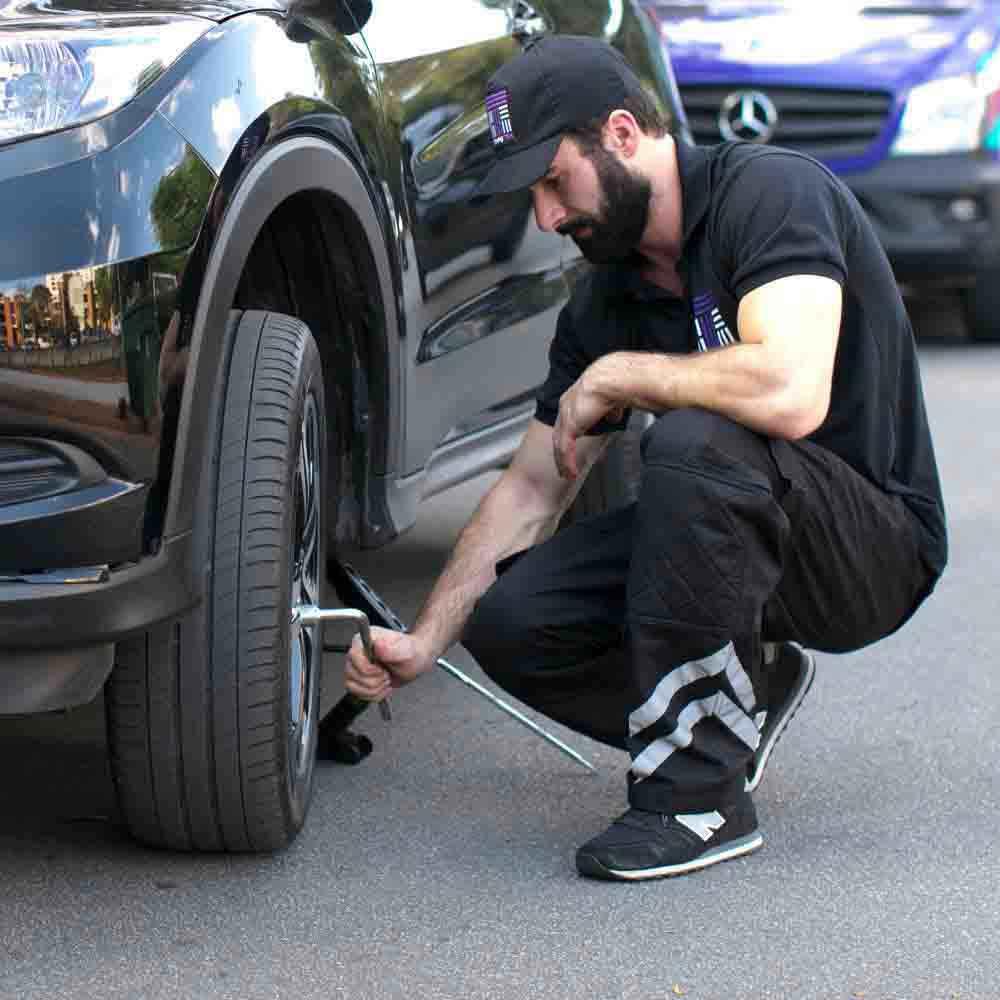 Equipe especializada em troca ou calibragem de pneu