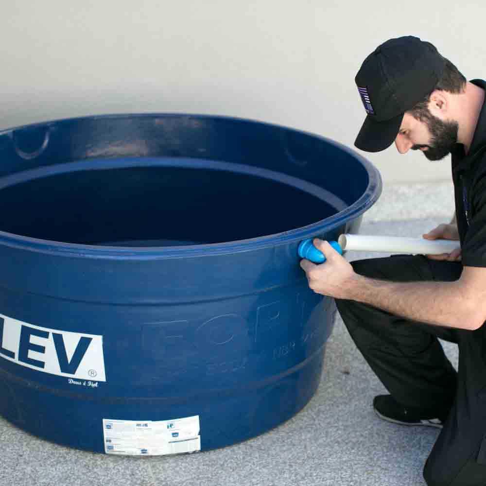 Equipe de encanadores especializada em contenção de vazamento na tubulação da caixa d'água
